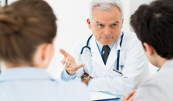 médico explica diferença entre fertilização in vitro e inseminação artificial